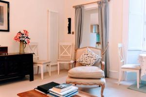Χώρος καθιστικού στο 1 Bedroom Apartment in New Town Accommodates 4