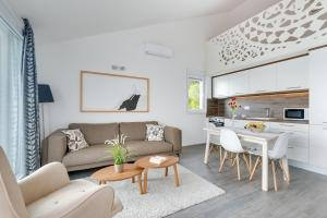 Ein Sitzbereich in der Unterkunft Apartments Jolara