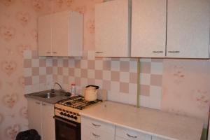 Кухня или мини-кухня в Apartament na Flotilya