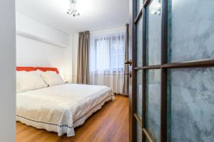 A bed or beds in a room at Pedestrian Old Town 3 Bedrooms by Orchid Garden