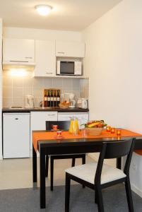 Кухня или мини-кухня в Néméa Appart'hotel Toulouse Saint-Martin