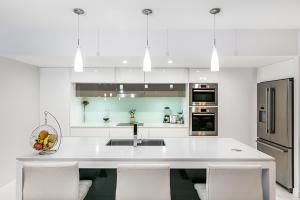 A kitchen or kitchenette at South Bank City Oasis
