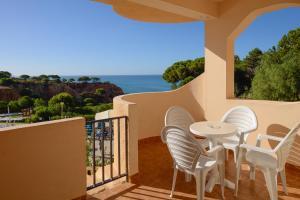 A balcony or terrace at 3HB Falésia Mar