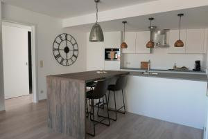 A kitchen or kitchenette at Appartement aan Zee