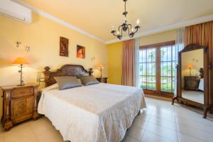 A bed or beds in a room at Villa Can Palazon