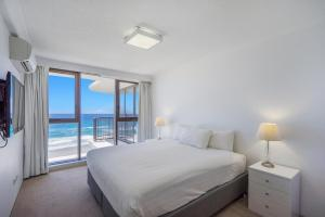 A bed or beds in a room at Surfers Aquarius on the Beach