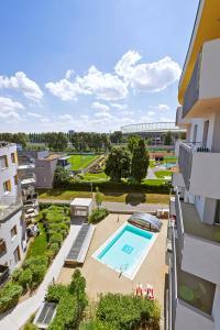 Ein Blick auf den Pool von der Unterkunft IG City Apartments Campus Lodge oder aus der Nähe