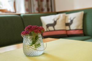 Ein Bett oder Betten in einem Zimmer der Unterkunft Alpasella Ferienwohnungen