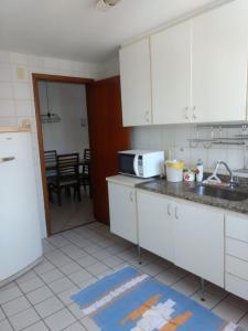 A kitchen or kitchenette at Apartamento Enseada do Suá