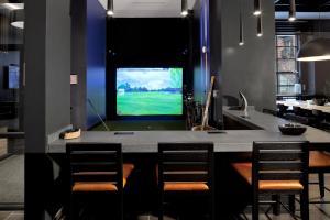 Uma televisão e/ou sistema de entretenimento em Stay Alfred on South Charles Street