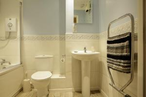 A bathroom at Newly refurbished 1 bed 2nd floor apartment with wifi