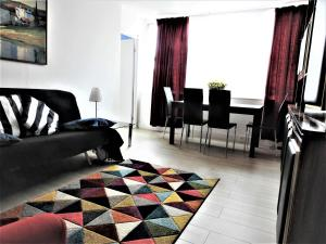A seating area at 202 Apartments