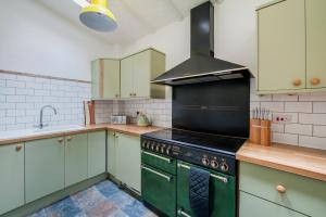A kitchen or kitchenette at Charming Period Cottage