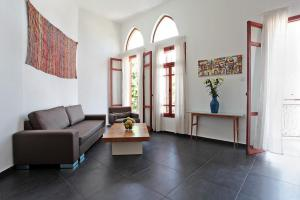 A seating area at Jaffa Old City Boutique Apartments