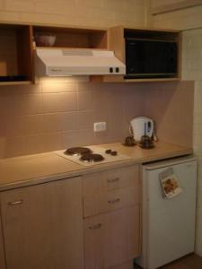 A kitchen or kitchenette at Redan Apartments