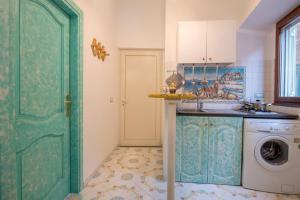 A kitchen or kitchenette at Ricciolo d'oro 1