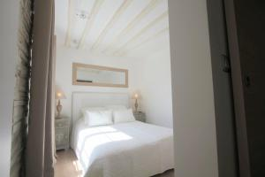 A bed or beds in a room at MAGNIFIQUE 5 PIECES