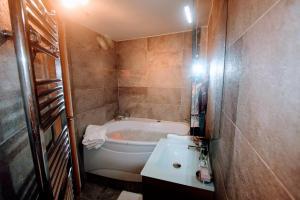 A bathroom at MAGNIFIQUE 5 PIECES