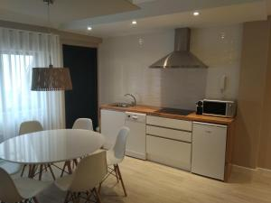 A kitchen or kitchenette at Apartamento centro Ribadeo