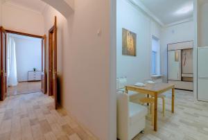 Кухня или мини-кухня в Welcome Home Apartments Nevsky 72