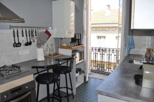 A kitchen or kitchenette at Appartement carre d'or