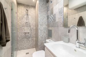 A bathroom at *M&M* Modern & Multifunctional One Bedroom Apartment