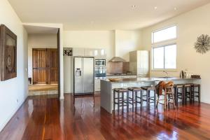 A kitchen or kitchenette at Blue Cliff Retreat