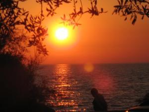 Pogled na izlazak ili zalazak sunca iz apartmana