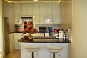 A kitchen or kitchenette at WATERFRONT 15 QUAY WEST