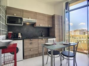 """A kitchen or kitchenette at Nestor&Jeeves - """"Papillon"""" - Old Town - Clear garden view"""