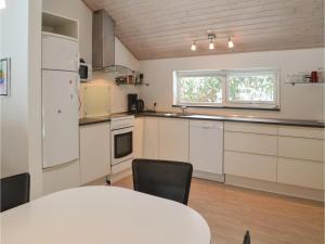 Virtuvė arba virtuvėlė apgyvendinimo įstaigoje Holiday home Skovbrynet Give V