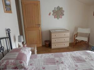 A bed or beds in a room at Maison de Laura