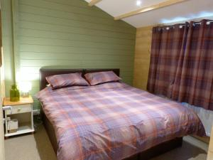 A bed or beds in a room at Dollys Hideaway Cabin