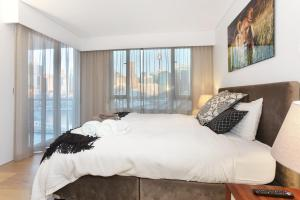 A bed or beds in a room at 3 Bedroom Darling Harbour Apartment