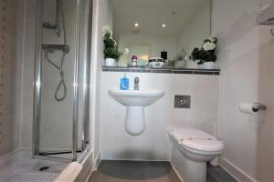 A bathroom at Olympic Rooms