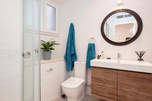 A bathroom at Pinia Luxury Apts Myrina & Nefeli