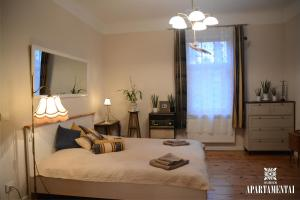 Ein Bett oder Betten in einem Zimmer der Unterkunft Senamiesčio APARTAMENTAI