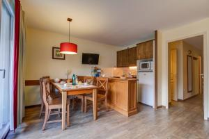 A kitchen or kitchenette at Résidence Pierre & Vacances Les Trois Domaines