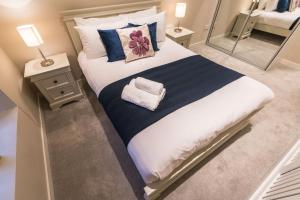 A bed or beds in a room at The Pierce Brosnan Suite