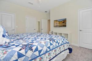 A bed or beds in a room at Family Friendly Four Bedrooms w/ Pool 4896