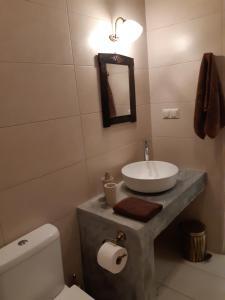 A bathroom at Villa Aposperitis