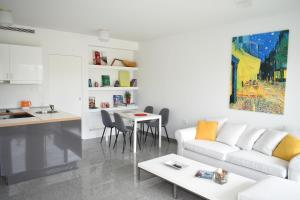 A seating area at Verde Apartments