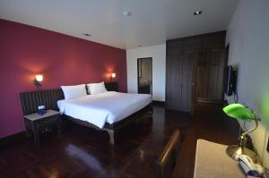 A bed or beds in a room at Sakorn Residence and Hotel