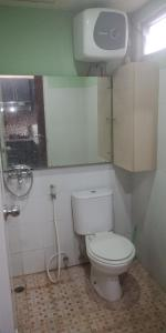 Un baño de Budiman Apartment The Suites Metro