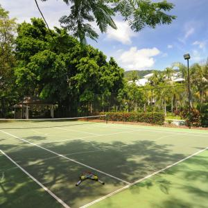 Tennis and/or squash facilities at Oasis 4 at Palm Cove or nearby
