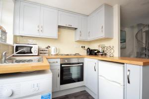 A kitchen or kitchenette at Harbour Cottage