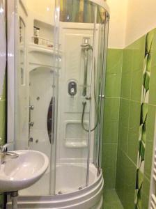 A bathroom at Dr. Blondy Apartments