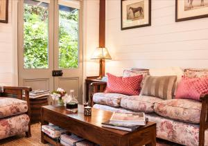 A seating area at Candlelight Cottage