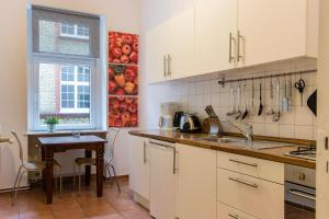 A kitchen or kitchenette at Berlinappart - Prenzlauer Berg Apartment with Garden View
