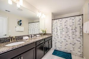 Uma casa de banho em Juliet Drive Townhome #244495 Townhouse